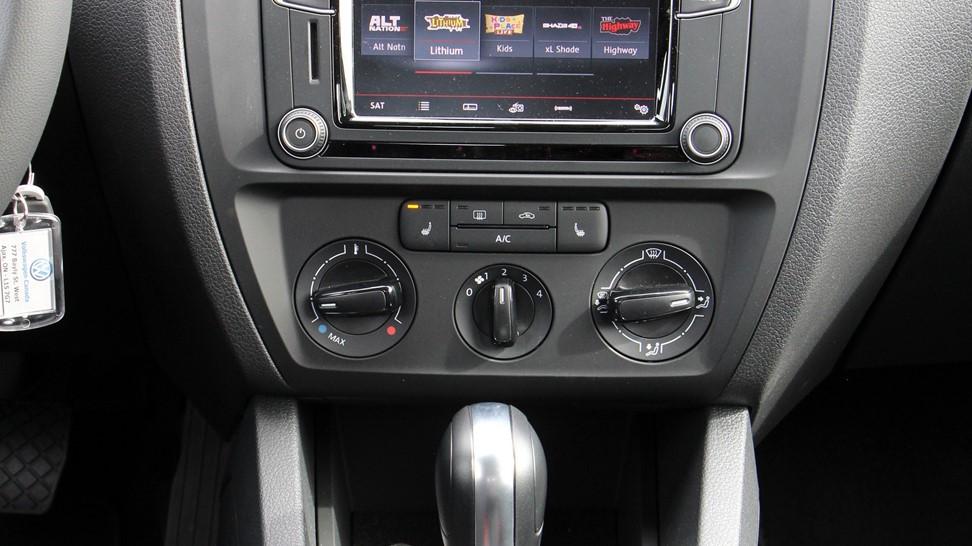 2016-Volkswagen-Jetta-SE-1.4-Turbo-022